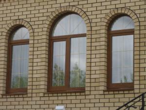 Коричневое пластиковое окно