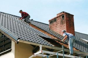 Как стелить профнастил на крышу своими руками